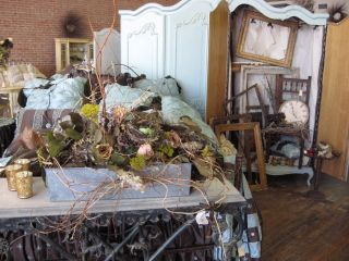 Such beautiful bedding and great litle floral pieces to dislpay with.